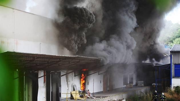V areálu bývalé mlékárny v Černé za Bory hořel polystyren