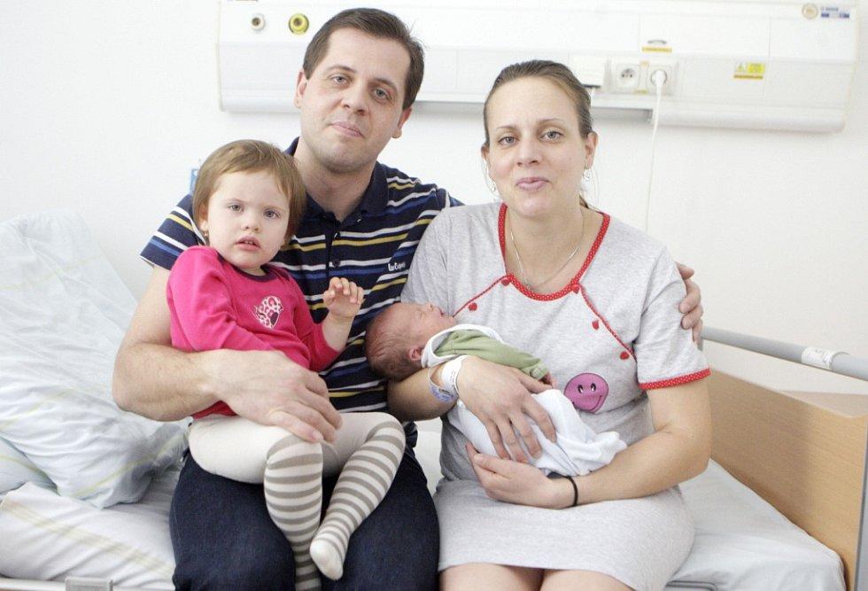 ONDŘEJ KIS se narodil  15. března minutu po čtvrté hodině ranní. Vážil 3310 gramů a měřil 49 centimetrů. Maminku Markétu podpořil u porodu tatínek Milan. Ten je i na fotografii společně s dvouletou sestřičkou malého Ondry Nikolkou. Rodina je z Černé u Boh