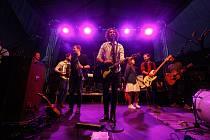 Pražská akustická hudební skupina Jelen hrající tzv. roots music zahrála pro více jak 300 svých fanoušků v rámci Hudebního léta na nádvoří Pardubického pivovaru.