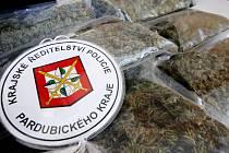 Část zabavené a zabalené marihuany, kterou gang z Přeloučska vozil do Polska. Při razii kriminalisté zabavili 31 kilogramů této drogy, za asi dva miliony korun.