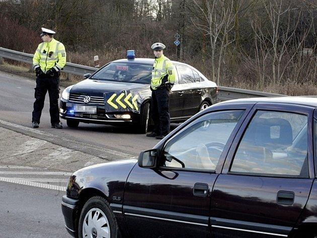 Policie kolem místa uzavřela silnice i železniční trať pro veškerou dopravu.