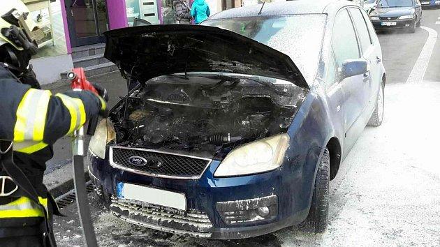 Požár osobního automobilu na Palachově třídě vPardubicích.