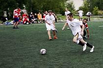 Již 21. ročník  turnaje v malé kopané SHARP CUP Pardubice 2009  se uskutečnil v uplakané sobotě na Hůrkách za účasti šestnácti celků.