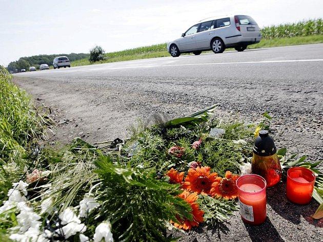 Místo nehody připomínají už jen květiny a svíčky od rodiny a přátel.