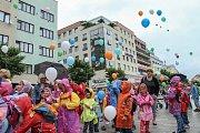 Zahájení festivalu Zrcadlo umění vypouštěním balonků.