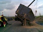 Jedna z kuriózních nehod - vysypaný kamion pšenice na novém obchvatu Holic