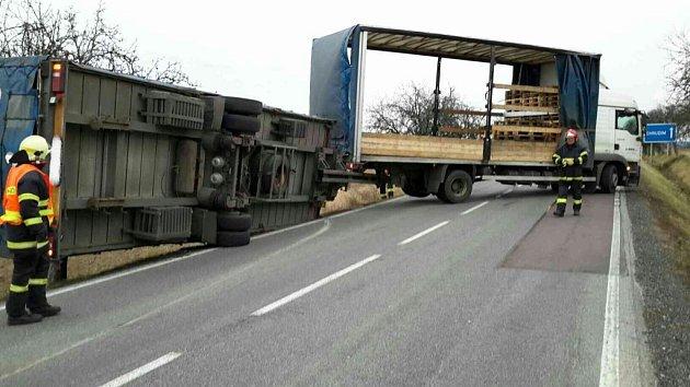 Silný vítr u Bukoviny převrátil dokonce nákladní soupravu.