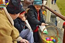 Děti hledaly pro seniory velikonoční vajíčka.