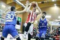 Basketbalové utkání Kooperativa NBL mezi BK JIP Pardubice (v červenobílém) a USK Praha (v modrém) v pardubické hale na Dašické.