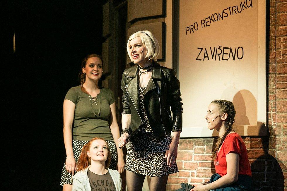 Martina Sikorová, Jana Ondrušková, Viktória Matušovová a Pavlína Palmovská v inscenaci Kvítek z horrroru.