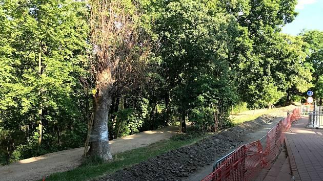 Na levém břehu Chrudimky se již staví, stezka je zavřená.