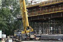 Most se staví na dvě poloviny, každá na jedné straně koridoru, které se poté spojí. Stavbu zkomplikovalo vlhké podloží.
