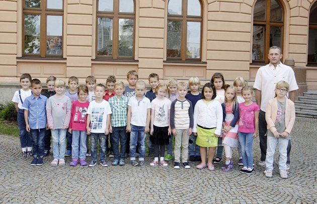 Žáci 1.B ze ZŠ Bratranců Veverkových spanem učitelem Zdeňkem Chvojkou.