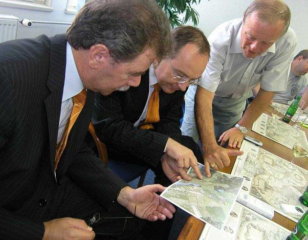 Hlavní hygienik Michael Vít, vicehejtman Roman Línek a předseda ZOD Zálší František Bartoš (zleva) nad mapami obce Zálší a místní části Nořín.
