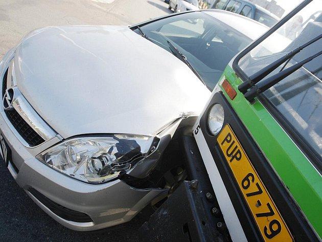 Multikára vyvázla z nehody téměř bez škrábnutí. Auto takové štěstí nemělo.