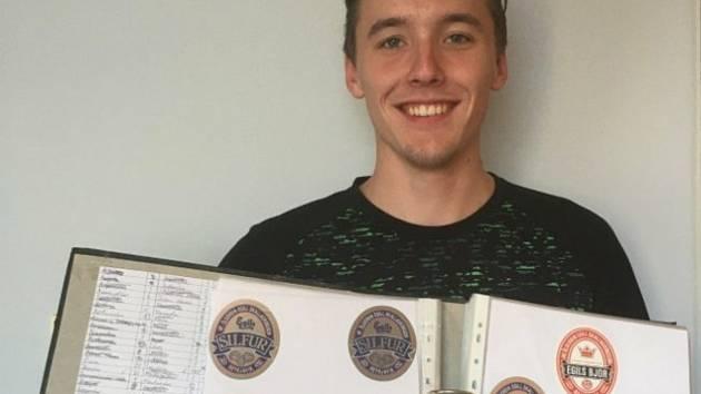 Michal Hynek je nejmladším sběratelem pivních etiket a tácků