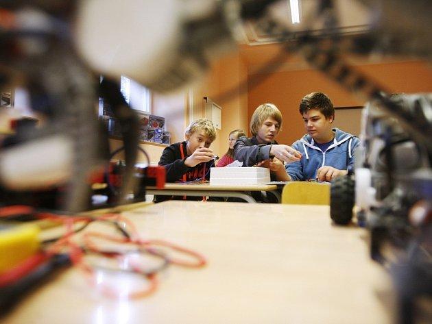 Žáci základních škol si mohli vyzkoušet například sestavit funkčního robota ze stavebnice.