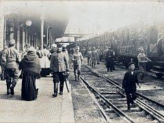 Na východní frontu. Nedatovaný snímek z pardubického nádraží zachycuje maršbatalion rakousko - uherské armády cestou na východní frontu.