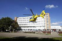 Den nemocnice 2010. Na plochu před chirurgickou kliniku přistál i vrtulník..