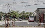 Nové pardubické přednádraží. Nový termínál hromadné dopravy nechává vozidlům dostatek místa.