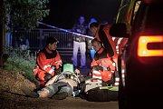 Borek za Sezemicemi. Záchranáři zde před třetí hodinou marně resuscitují 31letého muže. Co se na místě stalo rozhodne až policejní vyšetřování.