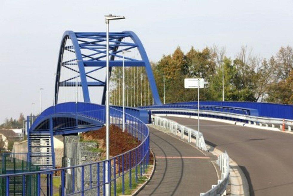 Silniční most přes Labe mezi Valy a Mělicemi