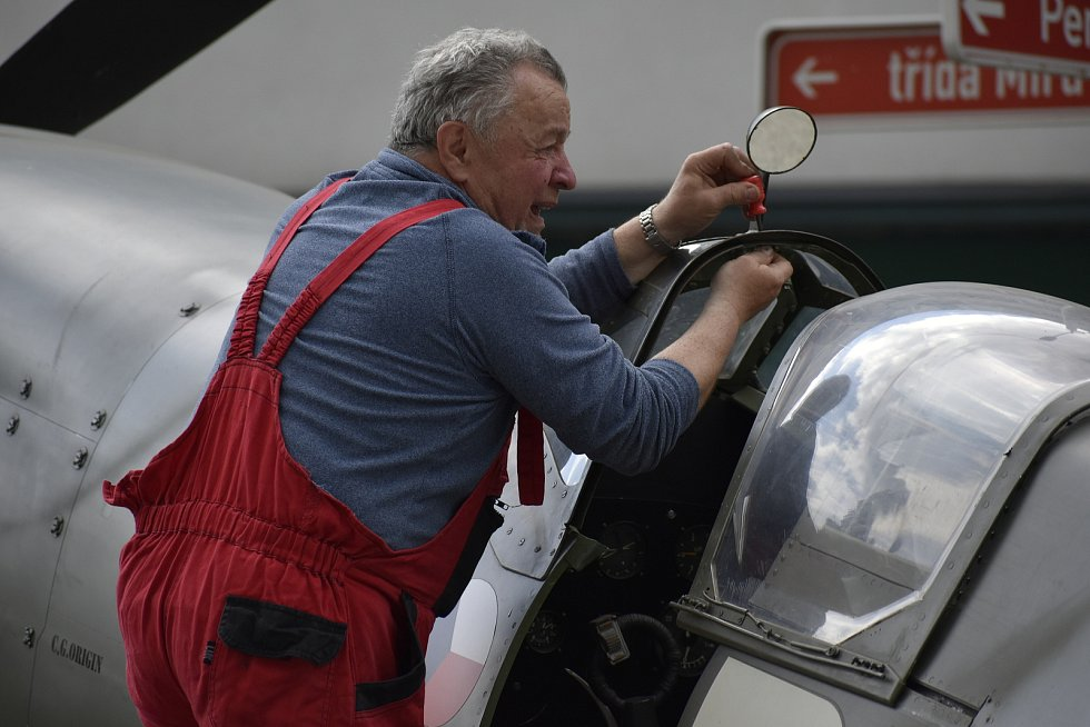 Spolek Czech Spifire Club přivezl na pardubickou třídu Míru maketu letounu Supermarine Spitfire.