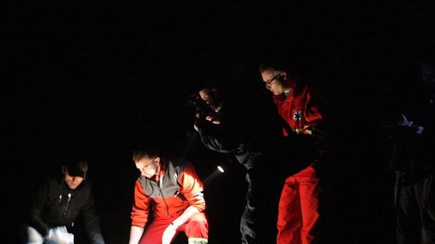 Záchranáři ohledávají tělo mrtvého muže v kolejišti u Černé za Bory