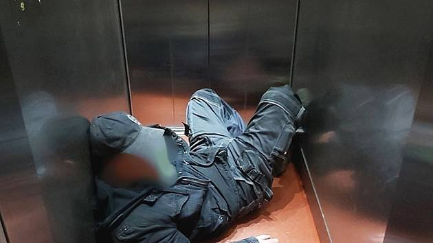 Muž usnul ve výtahu vedle plechovek.