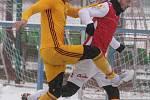 Přípravné utkání Fortuna národní ligy mezi FK Pardubice (ve červenobílém) a FK Dukla Praha U-21 (ve žlutém) na hřišti v Ohrazenicích v Pardubicích