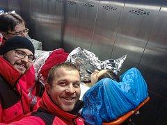 Šťastné selfie z výtahu. Posádka záchranné služby s čerstvou maminkou už v tuhle chvíli totiž věděla, že všechno dobře dopadlo.
