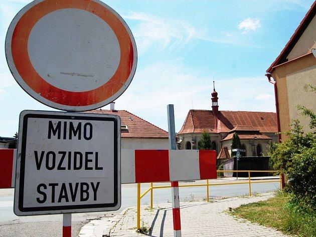 Silnice ze Sezemic na Holice je uzavřena