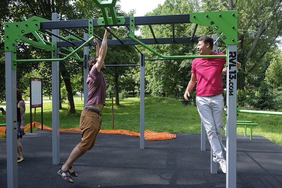 Sportovci mají Na Špici další vyžití. Otevřelo se nové workoutové hřiště.