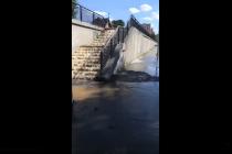 Hasiči o víkendu zasahovali v ulici K Vinici v Pardubicích, kde došlo k prasknutí vodovodního řadu.