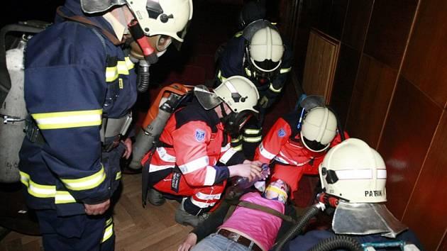 Hasiči i záchranáři si nanečisto vyzkoušeli evakuaci holického kina