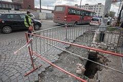 Skrytý problém. Propad silnice odhalil dutinu pod zastávkou hromadné dopravy před pardubickým nádražím.