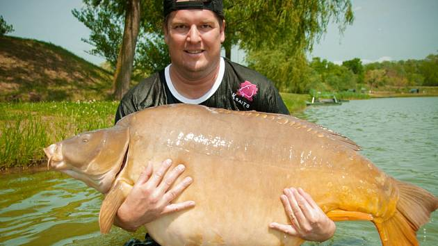 Tomáš Krist s kaprem, který mu vynesl světový rekord. Ryba vážila 47,8 kilogramů a měřila 125 centimetrů.