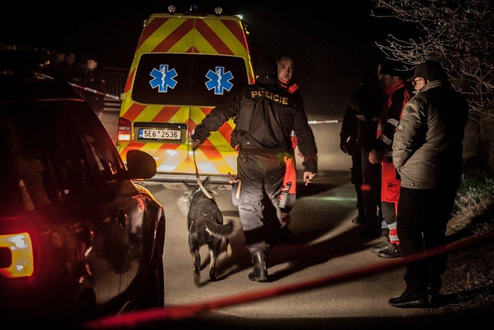 Borek na Pardubicku. Tři hodiny po půlnoci zde záchranáři marně oživují 31letého muže. Vedle těla leží baseballová pálka a na místo pro podezření z možného trestného činu míří policie.