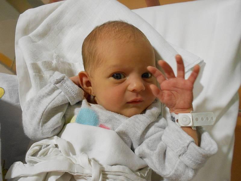 MIRIAM BAZGEROVÁ poprvé vykoukla na svět 27. září v 11.01 hodin. Velmi potěšila své rodiče Moniku a Petra Bazgerovy. Doma se těší sestřička Tonička. Tatínek to u porodu zvládl jako profík a hodinu a půl plakal štěstím.