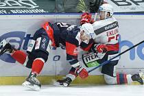 Hokejové utkání Tipsport extraligy v ledním hokeji mezi HC Dynamo Pardubice (v bílém)  Piráti Chomutov (v modročerveném) v pardudubické ČSOB pojišťovna ARENĚ.