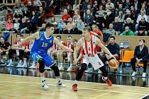 Hráč širšího kádru národního týmu Václav Bujnoch (na snímku se snaží zabrzdit reprezentačního kolegu Tomáše Vyorala z Pardubic), se přestěhoval z Opavy do Svitav.