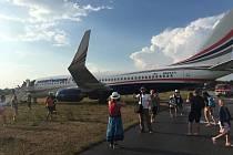 Letoun se zastavil asi dvacet metrů za koncem dráhy.
