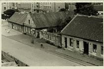 Hospoda U Zlatého slunce se nacházela v přízemním domě (na snímku druhý zleva). Stála v druhé části Karlovy ulice (dnes Arnošta z Pardubic) před elektrárnou, dnes je na místě těchto domků parkoviště. Hospodě se říkalo také U Chlupatých nebo U Nekolů.