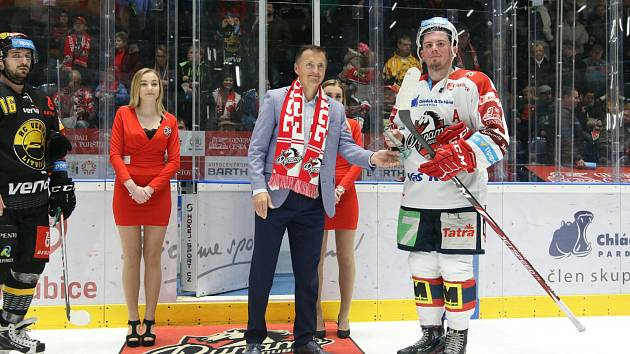 Petr Dědek předával ceny nejlepším hráčům po utkání Pardubice – Litvínov.