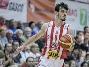 Rozhodující basketbalové utkání o třetí místo play off Kooperativa NBL mezi BK JIP Pardubice (v bíločerveném) a DEKSTONE Tuři Svitavy (v černém) v pardubické hale na Dašické.