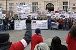 Protest před sídlem Pardubického kraje. Studenti gymnázií z Jevíčka a Vysokého Mýta protestují proti slučování škol.