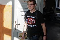 Místopředseda volební komise číslo 1006 v Pardubicích porušil volební zákon. Do komise zasedl v tričku propagujícím znak kandidující strany Blok proti islamizaci.