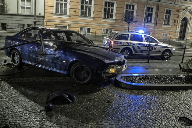Proražené zábradlí na Jahnově třídě vPardubicích má na svědomí řidič BMW, který své vozidlo nezvládl.