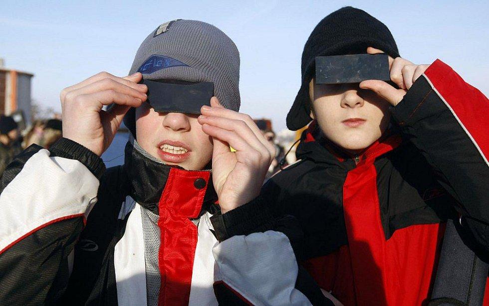 Několik set lidí bylo v úterý v Pardubicích zvědavo na částečné zatmění Slunce.