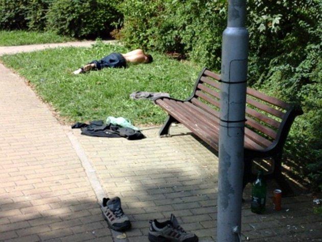Opilý muž ležel nedaleko lavičky.